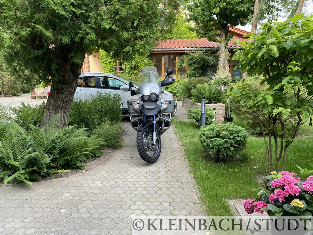 Netter Parkplatz für das Motorrad beim Hotel Oasis in Rewal