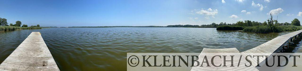 Steg zu einem etwas brackigen See