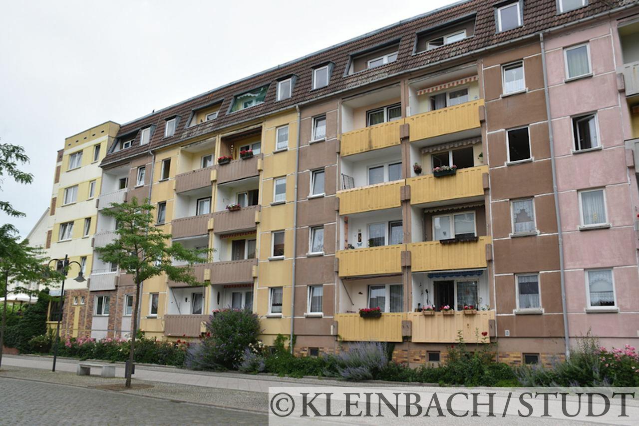 Wohnhäuser. Interessant sind die eingehängten Betonbalkonbrüstungen