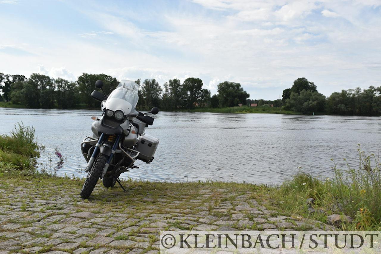 Auf einem früheren Fähranleger an der Elbe. Auf der anderen Seite liegt Gorleben, das für das Atommülllager in der Nähe und die Proteste dagegen bekannt ist