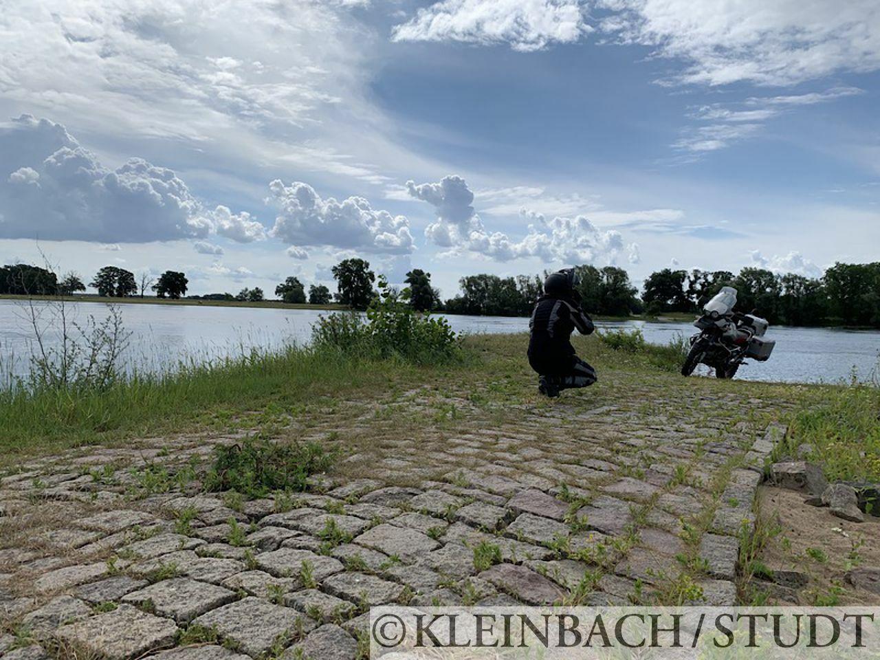 Auf einem früheren Fähranleger an der Elbe