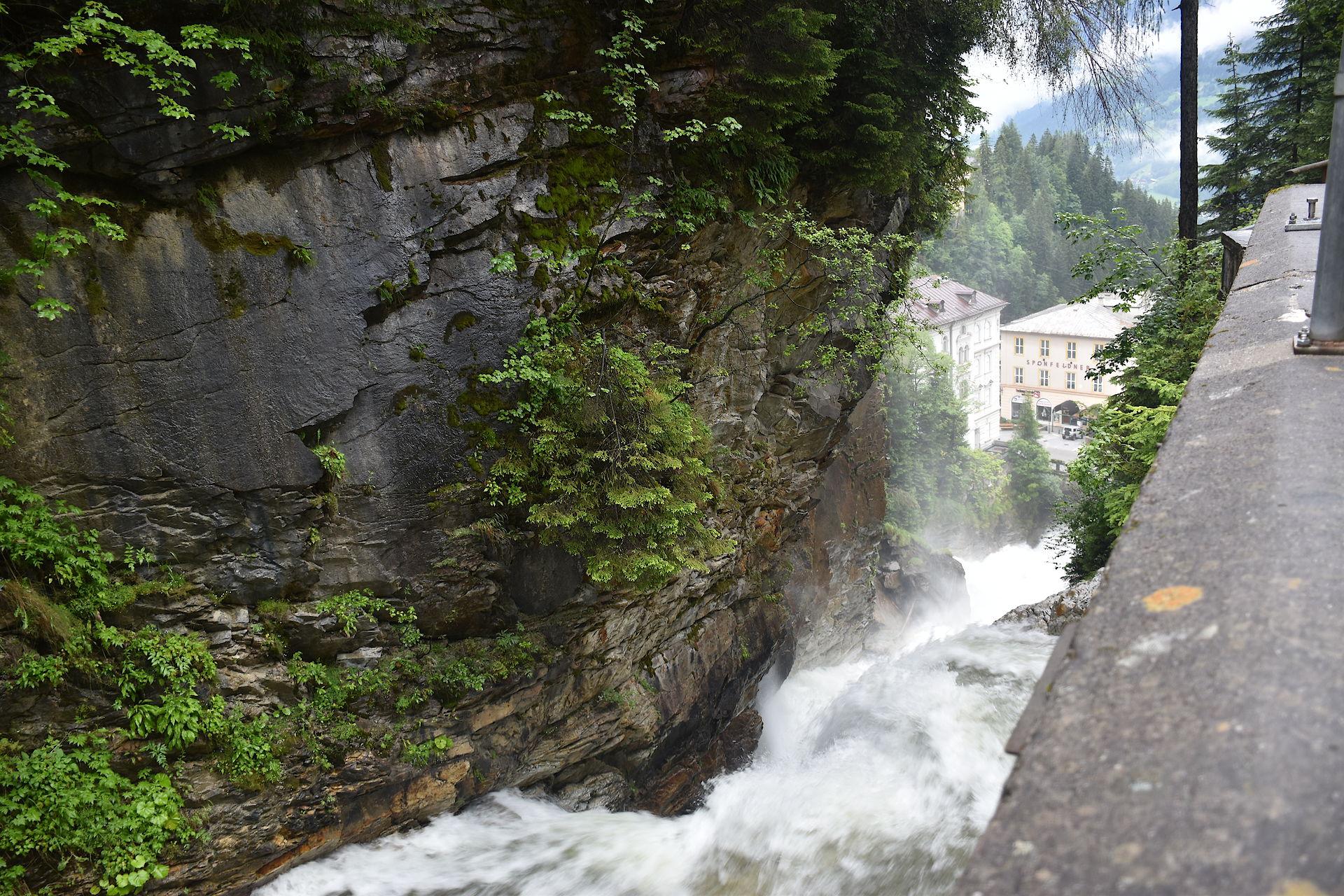 Wasserfall mitten im Ort