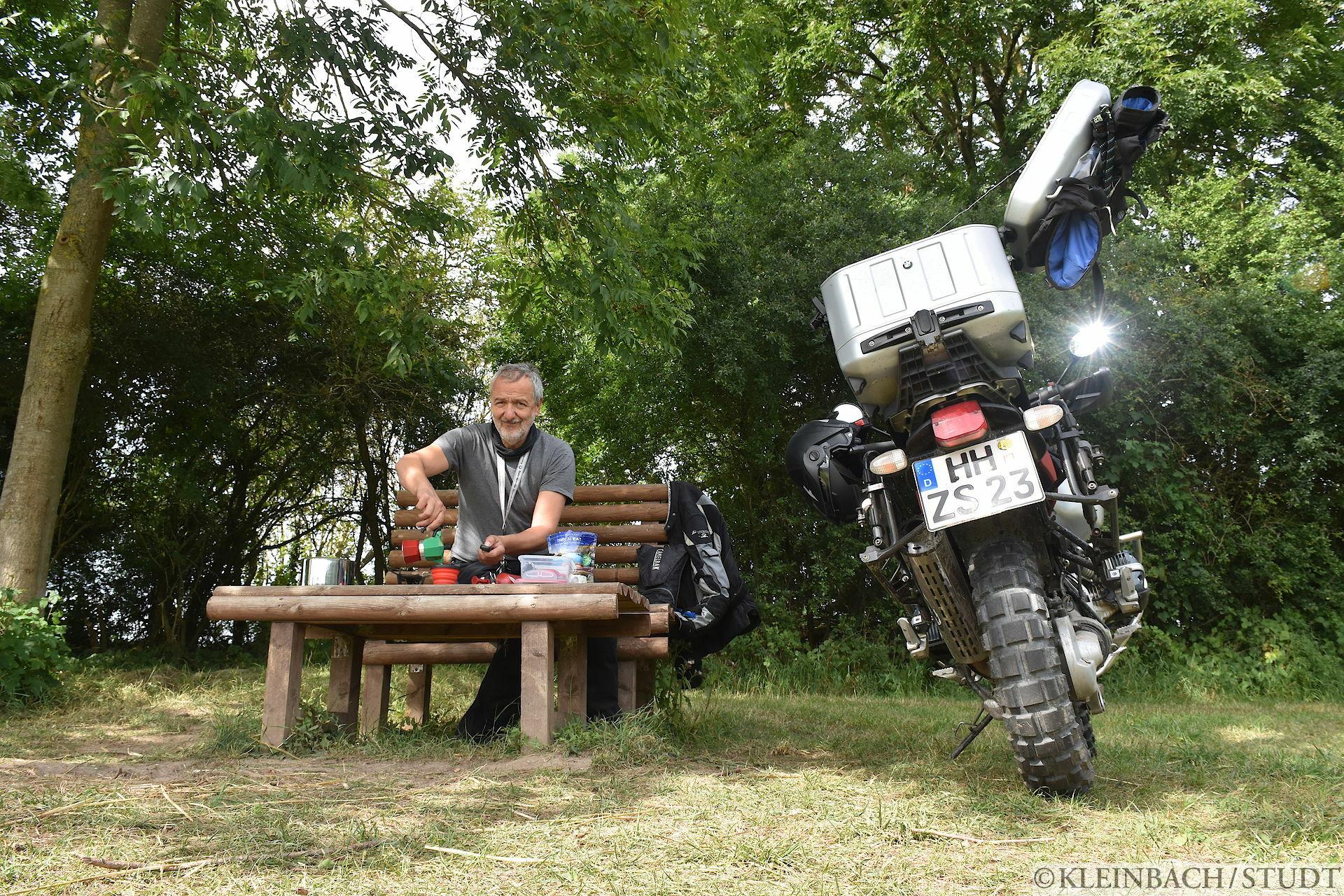 Ich entschied, mir hier ein Schnellgericht und einen Kaffee zuzubereiten. Dann erhielt ich noch Gesellschaft durch eine Fahrradfahrerin, mit der ich mich über eine Stunde lang unterhielt