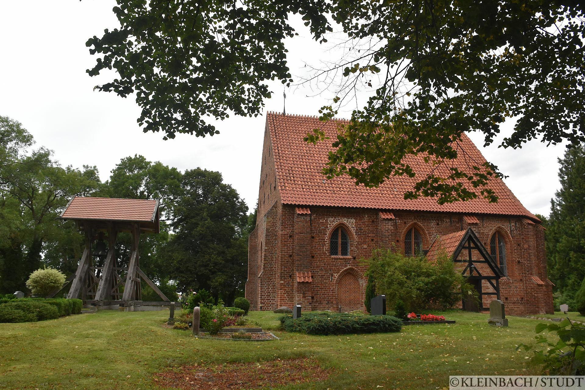 Kirchenglocken vor der Kirche nicht auf dem Turm. Die zweite Kirche dieser Art